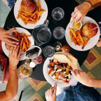 Comer rápido incrementaría el riesgo de tener niveles altos de triglicéridos