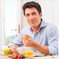 Cenar tarde y no desayunar cuadruplica el riesgo de infarto en personas que ya han sufrido uno, según un estudio