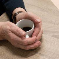 El consumo de café podría estar asociado con un menor riesgo de caídas en mayores