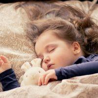 La hora de acostarse podría estar asociada con la obesidad en niños de edad preescolar