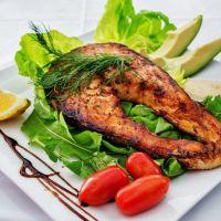 Comer pescado podría reducir a casi la mitad el riesgo de esclerosis múltiple