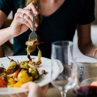 Velocidad al comer modula cambios en obesidad